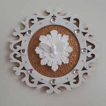 Divino em mandala de mdf dourado e branco decorado