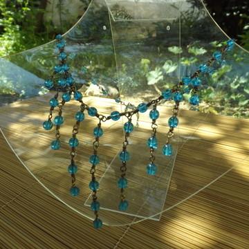 colar de franjas com contas azuis