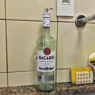 Saboneteira de garrafa Bacardí | Válvula prateada