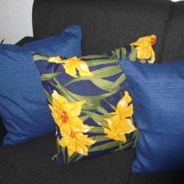 Kit com 3 almofadas azul e floral.