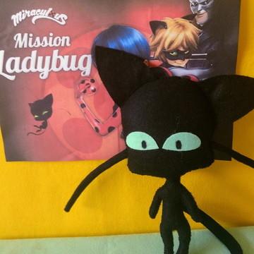 Boneco mascote Plagg da turma da Ladybug