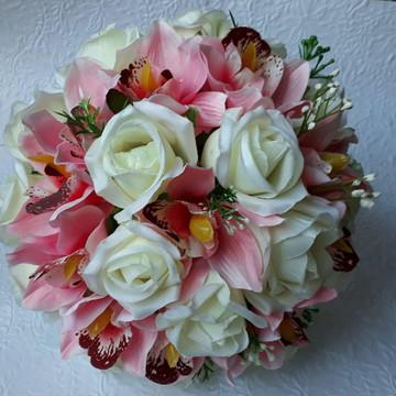 Buque com rosas e orquídeas.