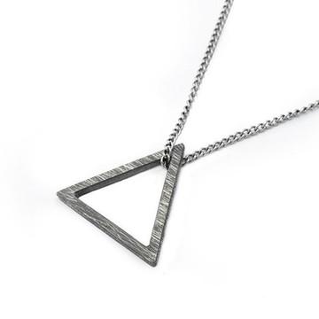 Colar Masculino Pingente de Prata Triângulo Escovado