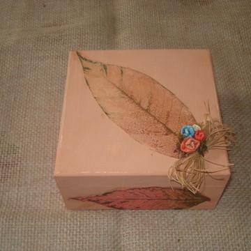 Caixa em MDF pintada e decorada com folhas esqueletizadas