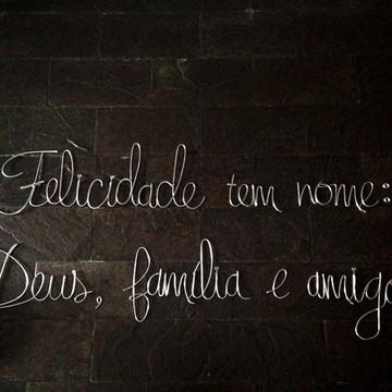 Frase de parede (arame) - Felicidade tem nome: Deus, família
