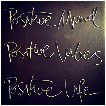 Frase de parede (arame) - Positive Mind, Positive Vibes
