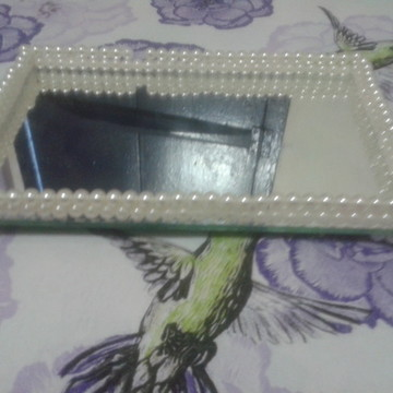 Bandeja decorada com pérolas mais espelho e pezinho