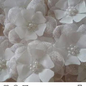 Flor de tecido rasa em organza e cetim 4cm