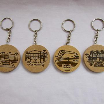 Chaveiros com pontos turísticos de Curitiba em serigrafia.