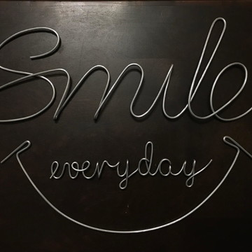 Frase de parede (arame) - Smile everyday