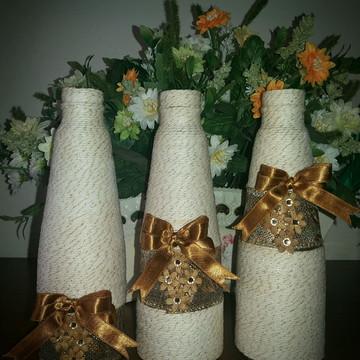 Trio de garrafas decoradas em barbante