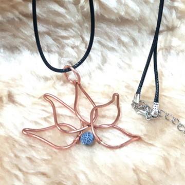 Colar Flor de LOtus com Ágata em Cobre com fio de camurça