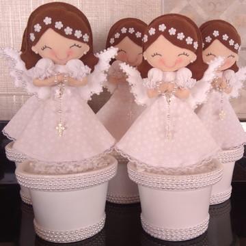 Anjinhas no vaso para decoração de batizado