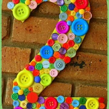 Letra mdf decorada com botoes