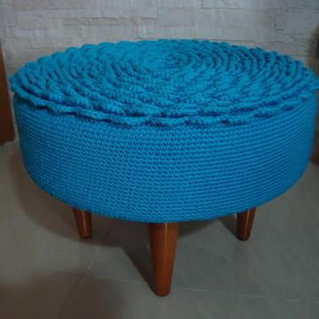 Puff baixo com capa em crochê azul turquesa
