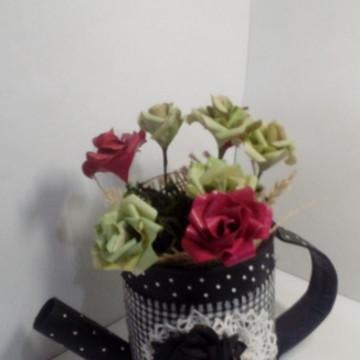 Regador em lata de alumínio com flores de papel