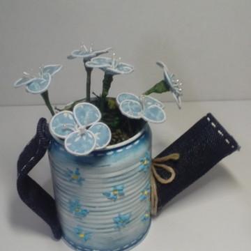 Regador em lata de alumínio com flores de tecido
