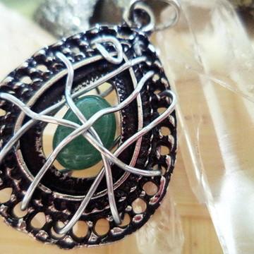 Pingente em metal prata envelhecida com quartzo verde