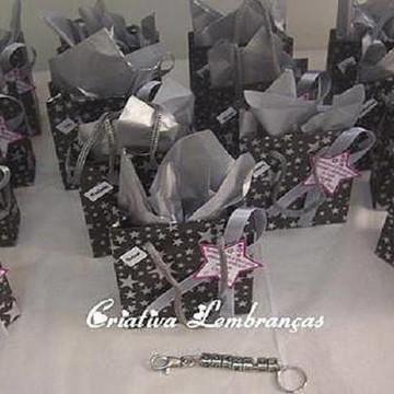 b861d56f94487 Lembrancinha Chaveiro dadinho com letras