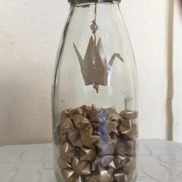 Garrafa de vidro com estrelas douradas e tsuru