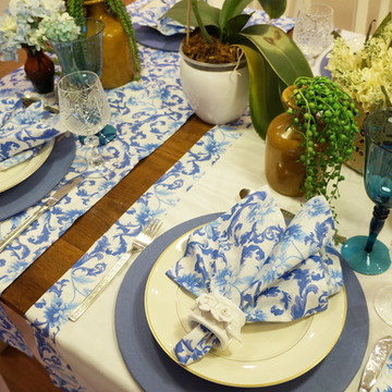 Trilho de mesa branco e floral azul
