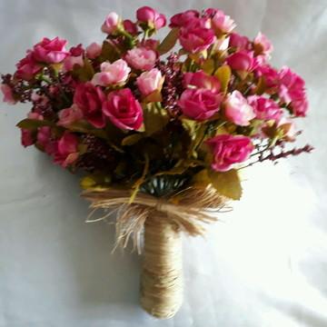 Buque de mini rosas em tons de rosa.