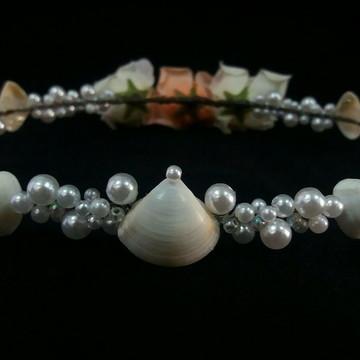 Coroa de conchas, pérolas e flores