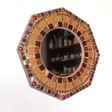 Espelho em mosaico dourado