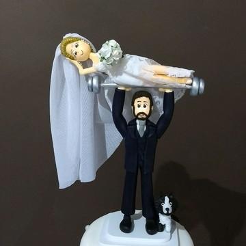 Noivo erguendo noiva e peso