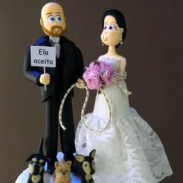 Noiva amarrada, noivo e cachorros