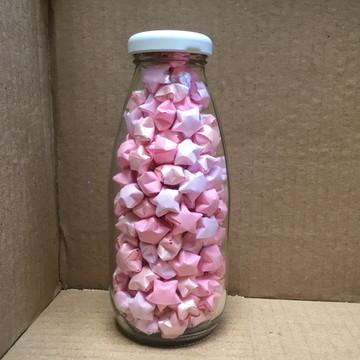 Garrafa de vidro com estrelas rosas