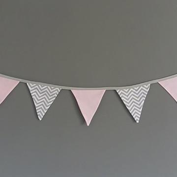 Bandeirinhas de tecido chevron cinza/branco e rosa