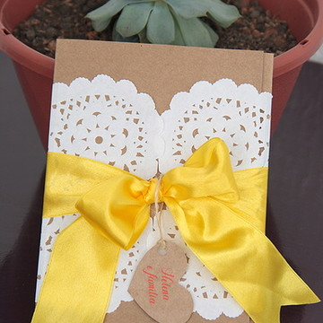 Convite rústico com papel rendado e laço amarelo
