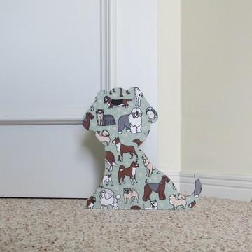 Cachorro preso de porta raças
