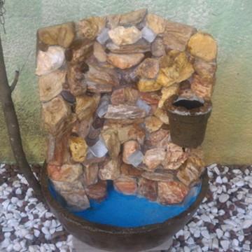 Fonte de agua feita de pedra