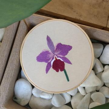 Quadro em Bastidor Bordado - Orquídea Roxa 20 cm