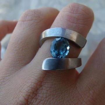 Anel forjado titânio e Topázio Azul