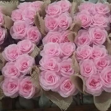 Caixinha de mdf com 6 flores de tecido e tecido de juta
