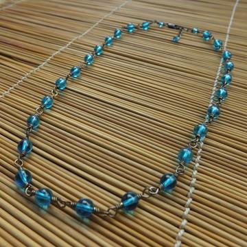 colar de contas azuis