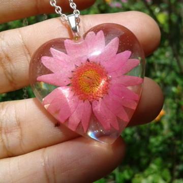 Colar coração com flor natural