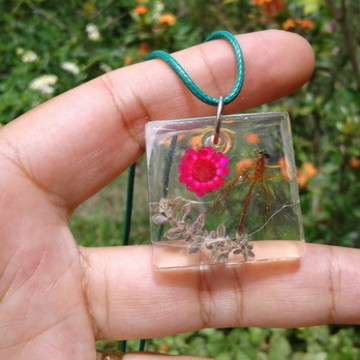 Tanajura com flor natural