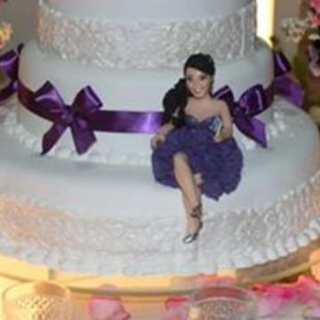 Debutante Sentada com Vestido Roxo