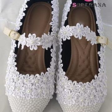 89e67f273c Sapato branco florado com bico perolado e correia (Noivas)