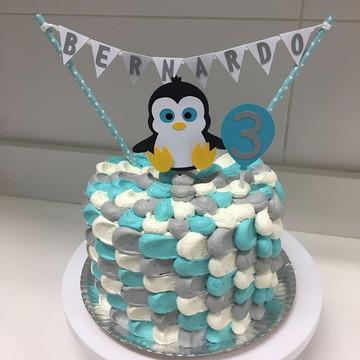 topper de bolo Pinguim com bandeirola