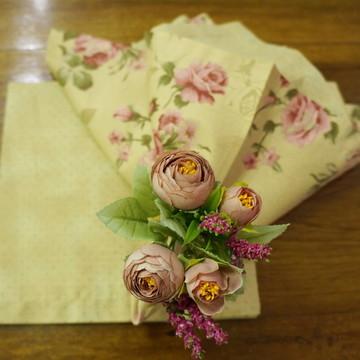 Guardanapo bege com flor rosa