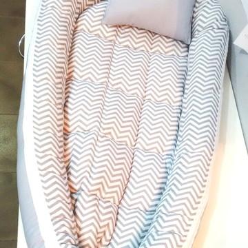 Ninho de bebê redutor Chevron Cinza com travesseiro M