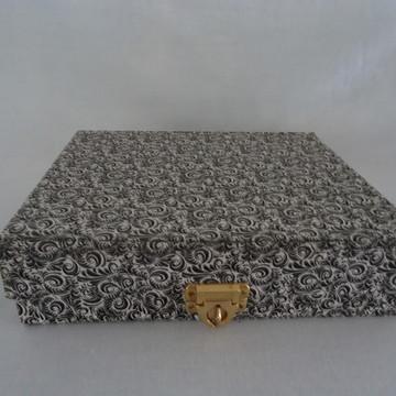 Caixa preta com estampa em branco