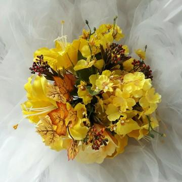 Buque amarelo com lírios e rosas