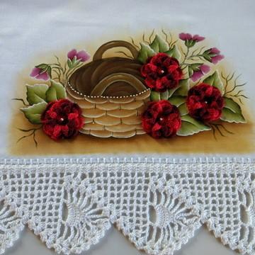 Pano de prato com aplicação de flores de crochê.