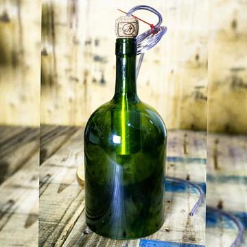 Lustre pendente em garrafa de vinho verde 1lt estilizada.